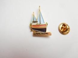 Superbe Pin's En Relief , Marine Bateau Voilier  , Bretagne , Pêche En Mer - Boten