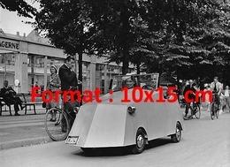 Reproduction D'une Photographie Ancienne D'un Couple Au Volant D'une Voiture Miniature Faite Maison En 1935 - Riproduzioni