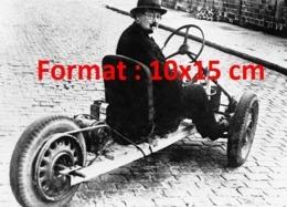 Reproduction Photographie Ancienne D'un Homme Dans Sa Voiture à Batterie Pendant La Pénurie D'essence Due à La Guerre - Riproduzioni