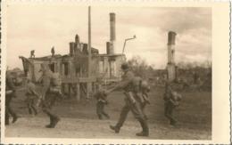 Orig Photo All WW2 : Traversée De Ville En Ruines En Lettonie . LETTLAND . - 1939-45