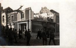 Photo Originale Guerre 1914-18 Allemands & Civils Dans Village Bombardé Devant Magasin Accordion Fabrick F. Callewaert - Guerre, Militaire