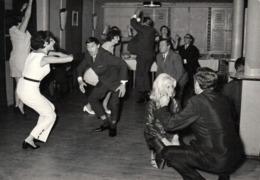 Amusante Photo Originale Danse Et Danseurs Fous Sur Danses Russes Ou Pas Mais Gros Délire ! Fête & Lâchage Général - Personnes Anonymes