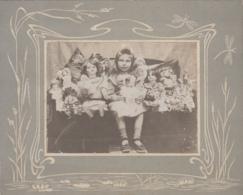 Photographie - Enfants - Fillette Et Ses Nombreuses Poupées - Photographie Fin XIXème Siècle - Art Nouveau Libellule - Fotografía