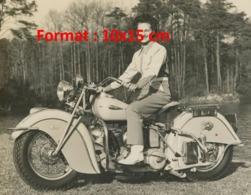 Reproduction D'une Photographie Ancienne D'une Jeune Femme Souriante Sur Une Grosse Moto Dans Les Années 50 - Riproduzioni