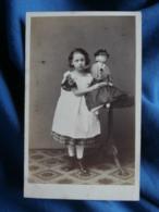 Photo CDV  Richard Noodt ? à Hamburg  Fillette Avec Une Grand Poupée Dans Les Bras  CA 1865- L464 - Photographs