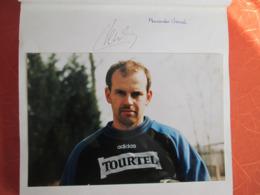 Un Album Avec Plus De 150 Photo Et Autographes Du Racing Club De Strasbourg .leboeuf . Keller. Sauzee Gohel .vencel . - Autographes