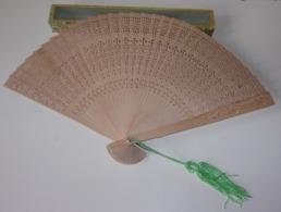 Eventail Vintage En Bois Et Pompon - Fans