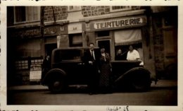 PHOTO 7/11,5 CM PRISE A DINAN EN 1938 AVEC COUPLE DEVANT TEINTURERIE ET VOITURE..VOIR DOS - Places