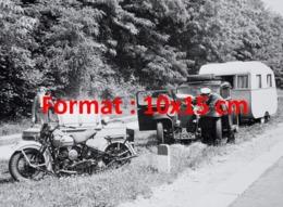 Reproduction D'une Photographie Ancienne D'un Policier En Moto Side-car Donnant Assistance à Une Voiture Et Caravane - Riproduzioni