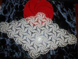 NAPPERONS / Ancien Napperon En Coton écru Fait Au Crochet 51x31cm  + OFFERT Un Napperon Rouge 21cm - Dentelles Et Tissus