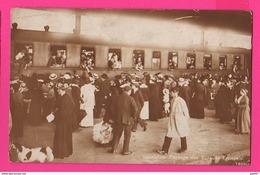 CARTE PHOTO (Réf Z939) LAUSANNE (SUISSE) Passage Des évacués Français Dans Gare Avec Train - VD Vaud