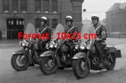 Reproduction D'une Photographie Ancienne De Trois Motards De La Police En Uniforme Et Casque Sur Leur Moto - Riproduzioni