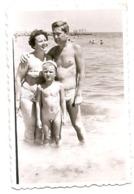 Photo Originale , Famille Avec Enfant Nu , Dim. 6.0 X 9.0 Cm - Personas Anónimos