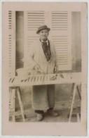 Peinture . Vieil Homme En Tenue De Peintre Peignant Un Volet . Patte De Lapin . - Métiers