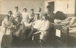 CARTE PHOTO ALLEMANDE 1914 SOLDATS ALLEMANDS ET INFIRMIERES - War 1914-18