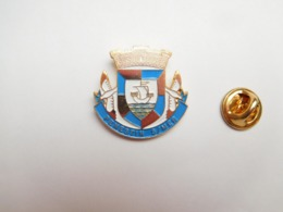 Superbe Pin's En Relief , Blason De La Ville De Pénestin Sur Mer , Morbihan - Villes