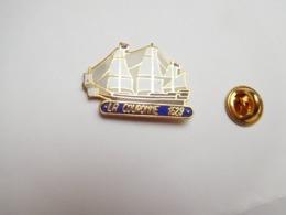 Superbe Pin's En EGF , Marine Bateau Voilier , Vaisseau La Couronne , 1629 - Barcos