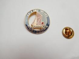 Superbe Pin's , Marine Bateau Voilier , Le Northdown , Port Musée De Douarnenez , Finistére - Boten