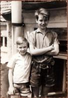 Photo Originale Les 2 Frangins En Lederhose (vêtement)  Culotte Tyrolienne Vers 1960 - Personnes Anonymes