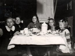 Photo Originale Un Goûter De Petites Filles Coquines En Septembre 1940 - Grimaces & Noeuds Dans Les Cheveux - Personnes Anonymes