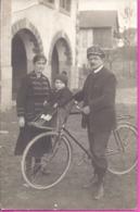 --   A IDENTIFIER  CYCLISTE AVEC ENFANT ET SA FEMME  -- CARTE PHOTO- 8/03/1923 - Cartes Postales
