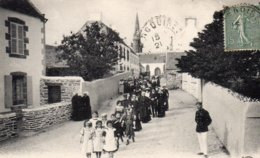 LOCQUIREC (29) Une Noce Sortant De L'Eglise - Locquirec