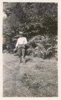 Snapshot Jeune Homme Fourrage Champs Casquette Velours Young Boy Foin 1932 - Personnes Anonymes