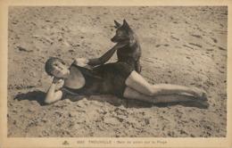 Baigneuse à Trouville  Bain De Solei Avec ChienBerger Allemand German Sheepherd . Texte . Suggestion - Nus Adultes (< 1960)