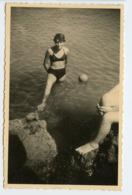 Femme Woman Pure Beauty Legs Jambe Coupée Ballon Hors Champ Baignade Mer Ocean Maillot Swimsuit Pov Plongée Vacances - Personnes Anonymes