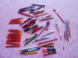 LOT 50 STYLOS  PUBLICITAIRES Et Crayons (la Poste,disney, Cartier Bresson, TV, Guawda, Meilleurs Voeux..)neufs Et Usagés - Schrijfgerief