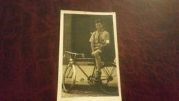 B1/carte Photo -personne à Vélo Scout Ou Autre Il A Un Brassard Au Bras - Foto