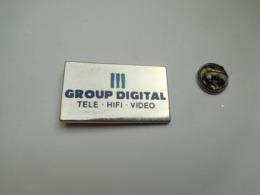 Superbe Pin's En Zamac , Group Digital , Télé - HiFi - Vidéo , électroménager - Marques