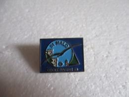 Pin's Saint-Malo (35).Croix-Marine 93. - Villes
