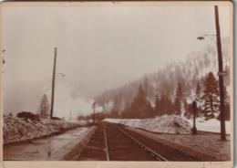 Voie De Chemin Fer Avec Train Au Loin Fumant  ( Photo Parry Cantal ?? ) - Luoghi