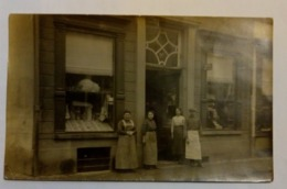 Postkaart Winkel Rond 1910/ Postcard Shop With Employee Around 1910 - Magasins