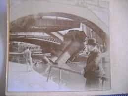 Pantin . Photo Stéreoscopique De La Locomotive Tombée  Dans Le Canal En  1922  . 2 Photos - Treni