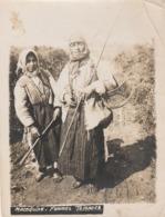 Photographie Originale 9 X 12 BALKANS MACEDOINE Femmes Tziganes Romanichel Bohémienne Gitan Gens Du Voyage (2 ,scans) - Personas Anónimos