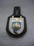 Insigne Militaire Avec Son Cuir, CIOMR (Confédération Interalliée Des Officers Médicaux De Réserve) - Army