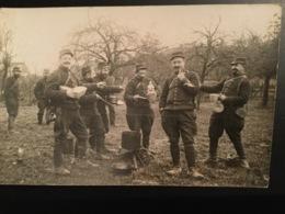 Carte Photo Décembre 1914 Artilleurs Présentant Betterave En Forme De Tête De Guillaume II - Guerre 1914-18