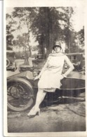 JEUNE FEMME APPUYEE SUR UN SIDE CAR   ANNEE 1920.30 CARTE PHOTO - Other