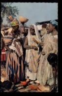 C2113 SENEGAL - DAKAR - SUR LE MARCHÉ AFRICAN FOLKLORE ETHNICS COSTUMES PEOPLE - Senegal