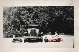 AUTOMOBILES  :  VOITURE  ENTOUREE  DE  2  VOITURES - JOUET  (  A  PEDALES  )  .  LE  CHASSAING  1931  . - Automobiles