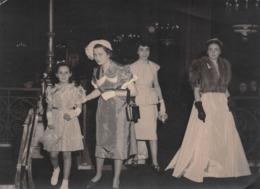 Photographie : Soirée Mondaine Avec Jolies Femmes / Filles - Glamour élégance Mode Robes Haute Couture - Circa 1960 - Pin-Ups