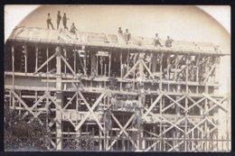 VIEILLE CARTE PHOTO CONGO BELGE * CONSTRUCTION D'UNE EGLISE EN BOIS * - Belgisch-Congo - Varia