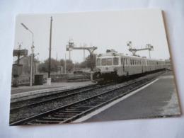 RIOM (63) : AUTORAIL RGP X 2700 Entrant En  Gare En 1968 - Trains
