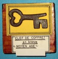 Clef De Coffret En Bronze. Moyen Âge. - Archéologie