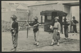 PEKIN CHAIR. Gros Plan D'une Chaise Avec Deux Porteurs Et Deux Gardes, Devant Le Portail D'une Demeure. - Chine