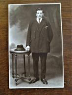 Oude Foto-kaart  In Donker Sepia  MAN MET HOED OP TAFEL  Door Fotograaf P . SCHELCK    AALST - Geïdentificeerde Personen