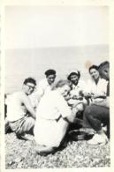 PHOTO ORIGINALE BORD DE MER 08/1949 GRATTAGE DES MOULES  8.50 X 6 CM - Plaatsen