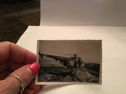 Photo Noir Et Blanc Militaire En Train De Monter Dans Un Hélicoptère Posé - Anonieme Personen